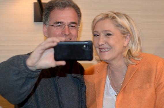 Plusieurs partisans de M<sup>me</sup> Le Pen en ont profité pour prendre en photo la politicienne française. (Le Soleil, Erick Labbé)