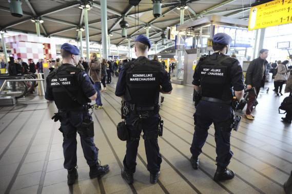 Les forces de l'ordre sont présentes dans de nombreux aéroports, gares et stations de métro d'Europe, et du reste du monde, dont ici à Amsterdam. (Agence France-Presse, Evert Elzinga)