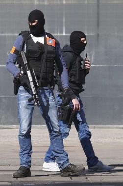 Les policiers ont été déployés, dont ici à la Gare du Midi de Bruxelles. (AP Photo/Michel Spingler)