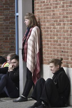 Des passagers qui ont été évacués de l'aéroport international. (AFP. John Thys)