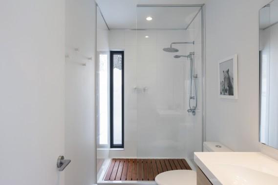 La résidence compte trois salles d'eau, dont celle-ci, qui se trouve au rez-de-chaussée. La mezzanine pourrait être adaptée pour accueillir une quatrième salle de bains. (Photo Dave Tremblay, fournie par Cargo architecture)