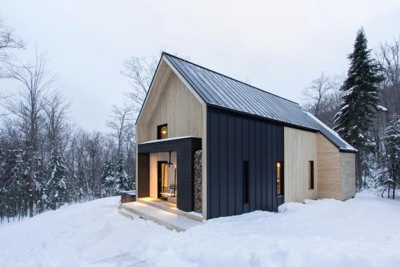 Le revêtement du chalet, en cèdre blanc, fait fortement contraste avec le métal noir qui recouvre le toit. Et oui, c'est bien un spa qu'on aperçoit de l'autre côté de la maison... (Photo Dave Tremblay, fournie par Cargo architecture)