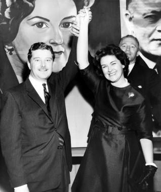 Paul-Gérin Lajoie, ministre de la Jeunesse, venu partager la victoire remportée par Claire Kirkland-Casgrain dans la circonscription de Jacques-Cartier, le 14 décembre 1961. À l'arrière-plan, Philippe Casgrain, son époux. (Photo Michel Giroux, archives La Presse)