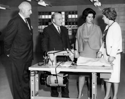 Claire Kirkland-Casgrain inaugure la nouvelle prison des femmes, rue Tanguay. Elle se trouve ici dans l'atelier de couture de l'établissement, en compagnie du directeur de la prison de Bordeaux, de René Saint-Pierre, ministre des Travaux Publics et de la directrice de la prison Jeanette Boisseau, le 6 mai 1964. (Photo d'archives La Presse)