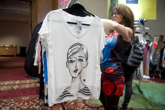 Anne-Marie Plante, de la boutique Volt, présente ses produits aux visiteurs. (Martin Roy, LeDroit)