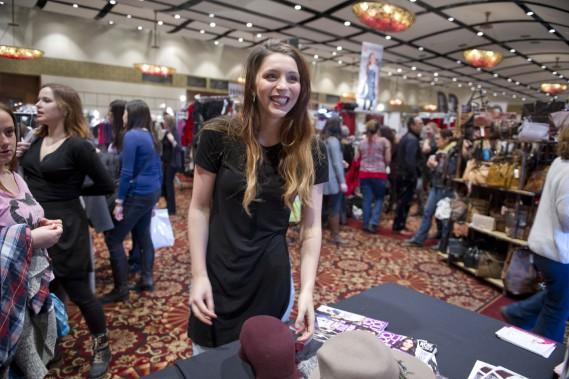Roxane Schoenfeld, en pleine séance de magasinage à la Grande Braderie de mode québécoise. L'événement est de passage au Hilton Lac-Leamy les 25 et 26 mars. (Martin Roy, LeDroit)
