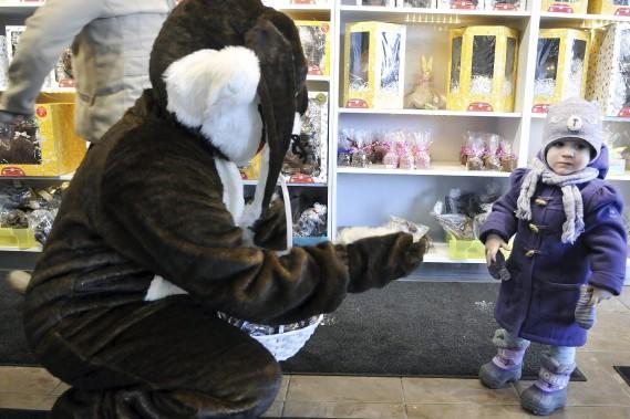 La petite Chloé Audet, 20 mois, était adorable à voir en compagnie de la mascotte de Chocolats Lulu. (Photo Le Progrès-Dimanche, Rocket Lavoie)