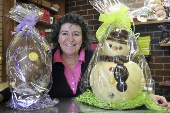 La propriétaire de la chocolaterie Bons délices, Nathalie Bisson, a fabriqué un bonhomme de neige de Pâques afin de souligner la tempête du Vendredi saint. (Photo Le Progrès-Dimanche, Rocket Lavoie)