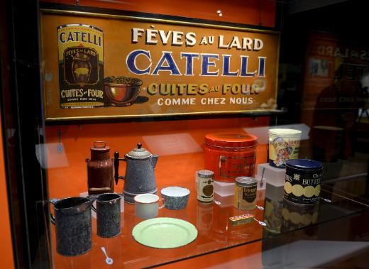 On apprend dans l'exposition <em>Manger ensemble</em> que les fèves au lard proviennent des États-Unis - que Catelli a déjà cuisinées, comme en témoigne une enseigne publicitaire parmi les artefacts. (Le Soleil, Erick Labbé)