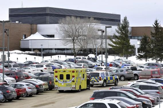 Tous les services d'urgence ont convergé vers le bâtiment de l'Agence du revenu du Canada, situé sur le boulevard René-Lévesque. (Photo Le Quotidien, Rocket Lavoie)