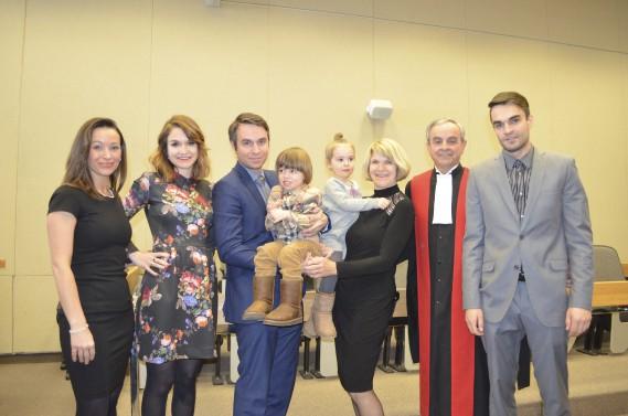 Toute la famille du juge Rosaire Larouche était présente pour lui rendre hommage. (Photo Le Quotidien, Louis Potvin)
