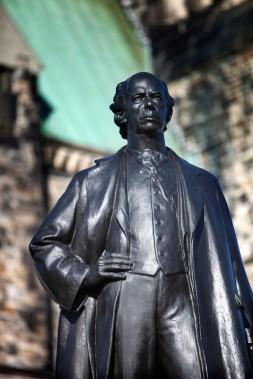 Sir Wilfrid Laurier a été le premier francophone à devenir premier ministre du Canada, entre 1896 et 1911. Durant son passage à la tête du pays, il a concrétisé la vision du pasteur George Monro Grant, qui avait publié en 1872 «Ocean to Ocean», le récit de son voyage jusqu'en Colombie-Britannique, un territoire qu'on voulait déjà annexer à la Confédération. Il faudra cependant attendre jusqu'en 1921 pour qu'«Ad Mari usque... (Simon Séguin-Bertrand, LeDroit)