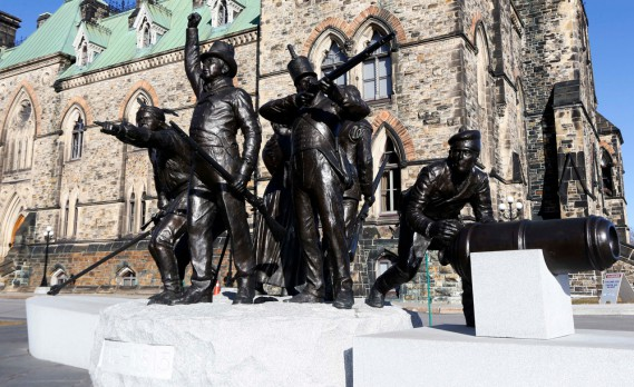 L'oeuvre de granit et de bronze a été érigée à l'occasion du 200e anniversaire de la guerre de 1812, alors que les États-Unis avaient tenté d'envahir ce qui allait devenir le Canada. «Triomphe grâce à la diversité» met en scène un combattant métis, un guerrier des Premières Nations, un milicien canadien et un soldat français, en symbole d'un conflit où anglophones, francophones et autochtones seraient montés au front côte à... (Simon Séguin-Bertrand, LeDroit)