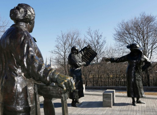 Aussi invraisemblable que cela puisse sembler, «Les femmes sont des personnes», tel que l'affirme le nom du monument. L'ensemble de sculptures veut commémorer la victoire de cinq femmes dans l'affaire «personne» en 1929. Le jugement final a reconnu le statut de la femme comme celui d'une personne en vertu de la loi. Grâce à l'artiste Barbara Paterson, Henrietta Muir Edwards, Louise McKinney, Nellie McClung, Irene Parlby et Emily Murphy célèbrent... (Simon Séguin-Bertrand, LeDroit)