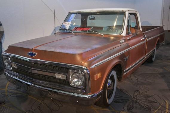 Les amateurs de vieilles voitures sont servis avec ce Chevrolet C-10 1970. (Photo Le Progrès-dimanche, Michel Tremblay)