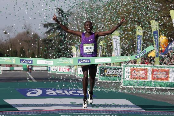 Le Kényan Cyprian Kotut,qui disputait, à 24 ans, le deuxième marathon de sa carrière, a livré une course intelligente pour s'imposer. (AP, Thibault Camus)