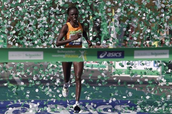 Alors que l'on attendait plutôt une victoire éthiopienne chez les dames, c'est une Kényane, Visiline Jepkesho, qui a raflé la mise. (AP, Thibault Camus)