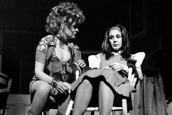 Rita Lafontaine et Luce Guilbeault dans la pièce <em>À toi pour toujours ta Marie-Lou</em> de Michel Tremblay présentée au Théâtre de Quat'sous en 1971. (PHOTO ANDRÉ CORNELLIER, ARCHIVES LA PRESSE)