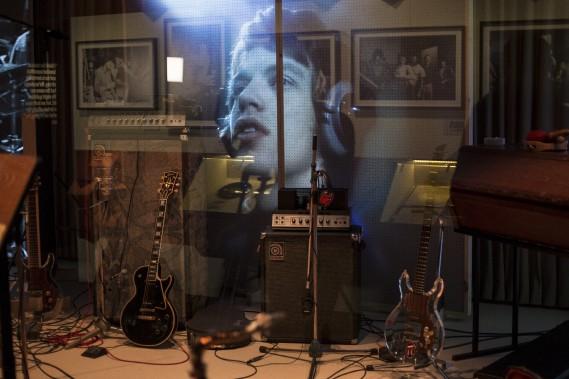 Une image de Mick Jagger projetée dans la reconstitution du studio des Stones (AP, Joel Ryan)