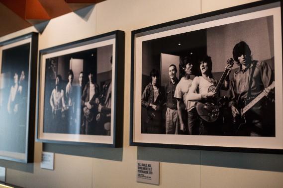 Des photos des Rolling Stones prises par la photographe de mode Helmut Newton (AP, Joel Ryan)