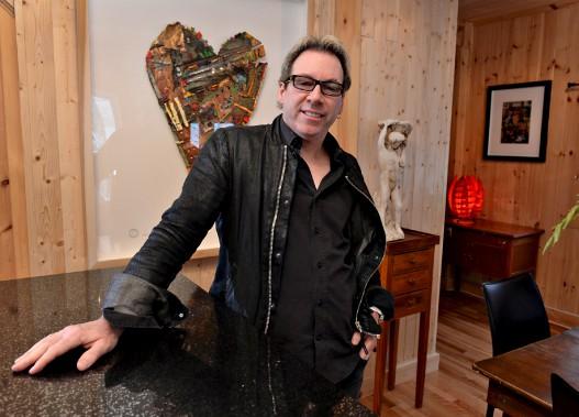 L'artiste Jean Gaudreau a été «roi et maître» dans ce projet de transformation d'un chalet en une résidence secondaire. (Le Soleil, Patrice Laroche)