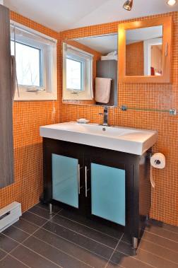 La salle de bain du rez-de-chaussée n'était qu'une bécosse avant que l'artiste l'agrandisse et la dynamise avec des couleurs audacieuses. (Le Soleil, Patrice Laroche)
