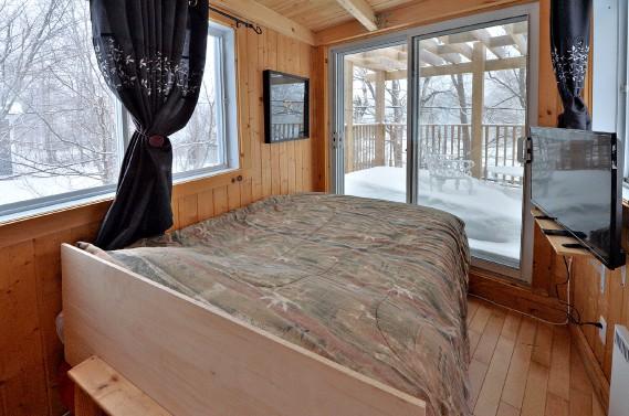 La chambre est située dans un volume rectangulaire entièrement fenestré érigé au-dessus de la cuisine. (Le Soleil, Patrice Laroche)