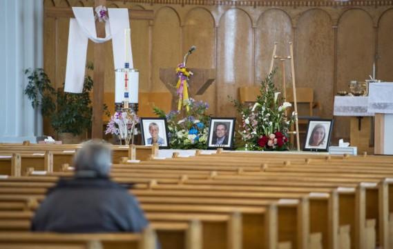 Un homme se recueille avant les funérailles à l'église Saint-François-Xavier. (Paul Chiasson)