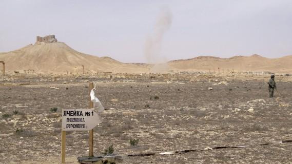 Une colonne de fumée monte au loin après l'explosion d'une mine. (AFP, Max Delany)