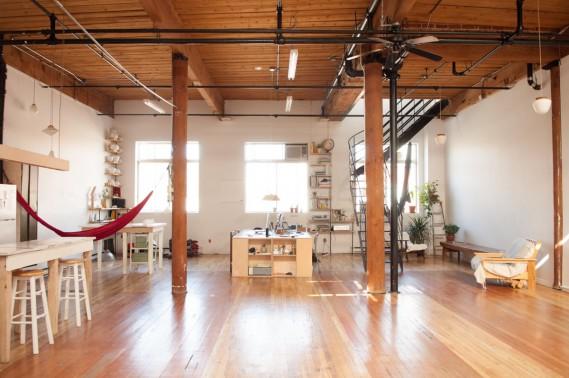 L'atelier Jacques & Anna loge dans l'espace Trinidad Studio, rue Chabot, à Montréal. Un espace de travail collectif qu'Anaïe Dufresne partage avec la photographe Fannie Laurence et la firme de design graphique Don Carlo. (PHOTO FANNIE LAURENCE, FOURNIE PAR TRINIDAD STUDIO)