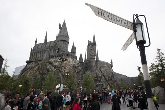 Depuis le 7 avril, les fans d'Harry Potter peuvent explorer le château de Poudlard et découvrir l'univers des sorciers dans le mini-parc à thème des studios Universal, situé au pied des collines d'Hollywood. (AP, Michael Owen Baker)