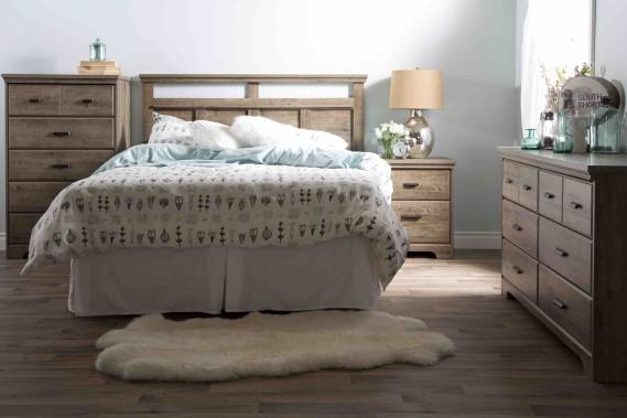 Ce mobilier de chambre à coucher de style «country» fait partie de la collection Versa. Simple et actuel, il est disponible dans les finis chêne vieilli, gris cendré, ébène et cerisier royal (Fournie par Meubles South Shore)