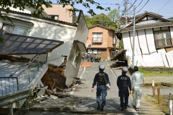 Des policiers parcourent la ville de Mashiki, dans la préfecture de Kumamoto, afin d'évaluer l'étendue des dommages. (Shingo Nishizume, Kyodo News via AP)