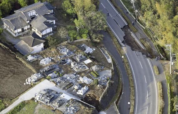 Plusieurs maisons et routes n'ont pas résisté aux tremblements de terre, comme en témoignent ces images aériennes. (Kyodo News via AP)