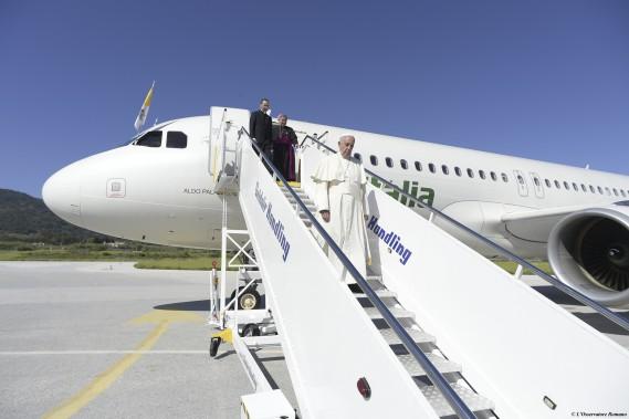 Le pape François à son arrivée sur l'île grecque de Lesbos, samedi. (AP)