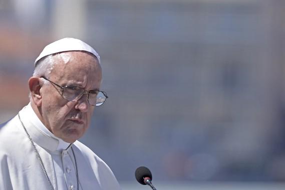 Dans un discours prononcé samedi, le pape François a imploré la communauté mondiale de traiter les réfugiés syriens avec dignité. (AFP)