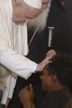 Le pape François a béni un homme du camp de réfugiés de Moria, à Lesbos. (AP)