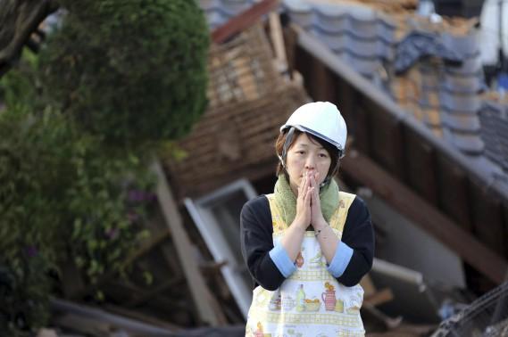 Une femme de Mashiki constate les dégâts. (AP, Naoya Osato)