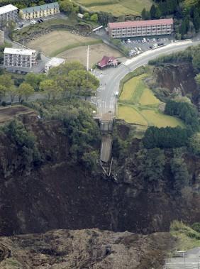 Un pont a été détruit à Minamiaso. (AP)