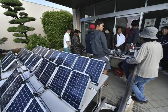 Des piles solaires ont été installées pour recharger les appareils électroniques dans un refuge de Mashiki. (AFP, KAZUHIRO NOGI)