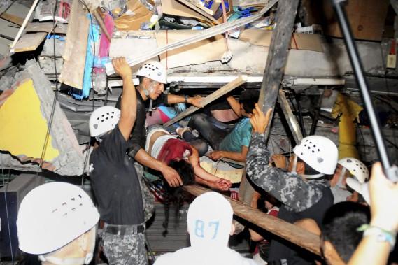 Des secours ont tenté tant bien que mal de venir en aide aux personnes pris sous les décombres. (AFP, Ariel Ochoa)