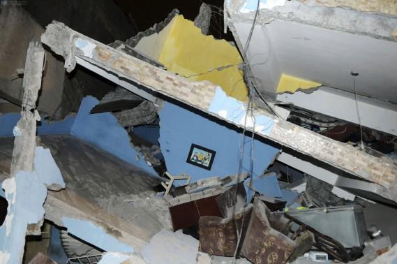 «C'était comme la fin du monde», a raconté à l'AFP Miriam Santana, 40 ans. «Les maisons se sont écroulées, les réverbères sont tombés, les gens sont complètement désespérés, il y a des gens enterrés sous les décombres», a-t-elle dit. (AFP, Marcos Pin Mendez)