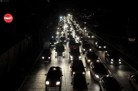Une importante panne d'électricité a suivi le séisme de samedi soir. (AFP, Marcos Pin Mendez)