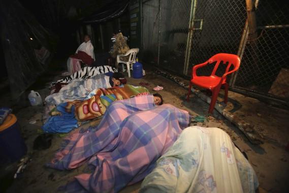 Des résidents évacués de la ville côtière de Pedernales ont passé la nuit de samedi dans la rue. (AP, Dolores Ochoa)