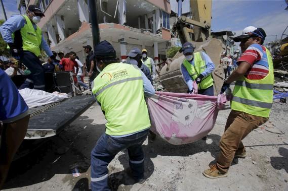 Le puissant séisme qui a secoué l'Équateur a fait plus de 262 morts et 2500 blessés. (AP)