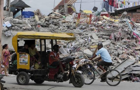 À Pedernales, l'une des villes les plus touchées, des maisons détruites, un marché dévasté, des lampadaires au sol et des débris éparpillés sur les trottoirs témoignaient de l'ampleur du séisme. (AP)