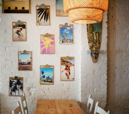 Planchettes à pince : au restaurant Venice, l'esprit est aux vacances et cette disposition d'images sur planchettes à pince fait écho à Venice Beach, en Californie. (PHOTO MARCO CAMPANOZZI, LA PRESSE)