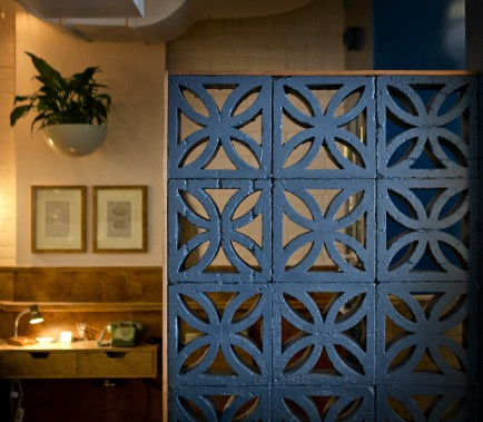 Blocs de béton ajourés : Alexandre Baldwin, copropriétaire du Bar Henrietta, s'était promis d'inclure ce type d'anciens blocs de béton dans l'aménagement de son commerce, qu'il a réalisé avec sa conjointe. «Finalement, j'en ai trouvé sur le site Kijiji», avoue-t-il. Rehaussés d'une peinture bleu-vert profond et cintrés de merisier, les blocs composent, notamment, un muret, à l'entrée. (PHOTO MARCO CAMPANOZZI, LA PRESSE)