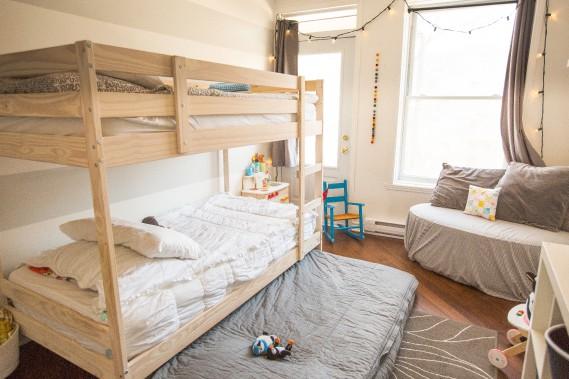 Un matelas caché: Le lit superposé vient d'IKEA, mais Emily l'a teint. Le troisième matelas, rangé sous le lit, est le préféré des enfants! Le tapis, la bibliothèque et la maison en bois sont aussi d'IKEA. Les deux petites chaises bleues sont <em>vintage</em>. (PHOTO OLIVIER PONTBRIAND, LA PRESSE)