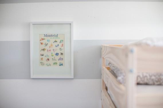 Hommage à Montréal: Emily a repeint la chambre des enfants en gris et blanc. Si plusieurs de leurs dessins décorent les murs, on trouve aussi dans leur chambre une affiche de Lili Graffiti, achetée chez Boucle et Papier. (PHOTO OLIVIER PONTBRIAND, LA PRESSE)